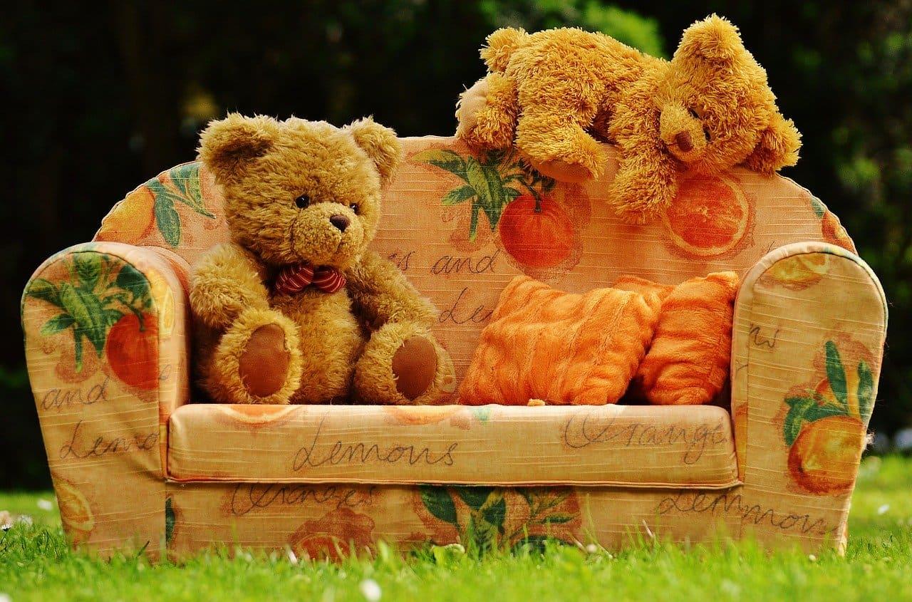 ソファ座る熊の人形2体